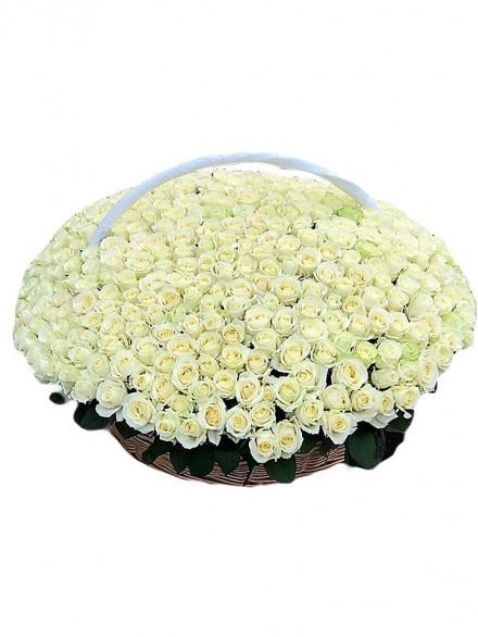 1001 белая роза в корзине